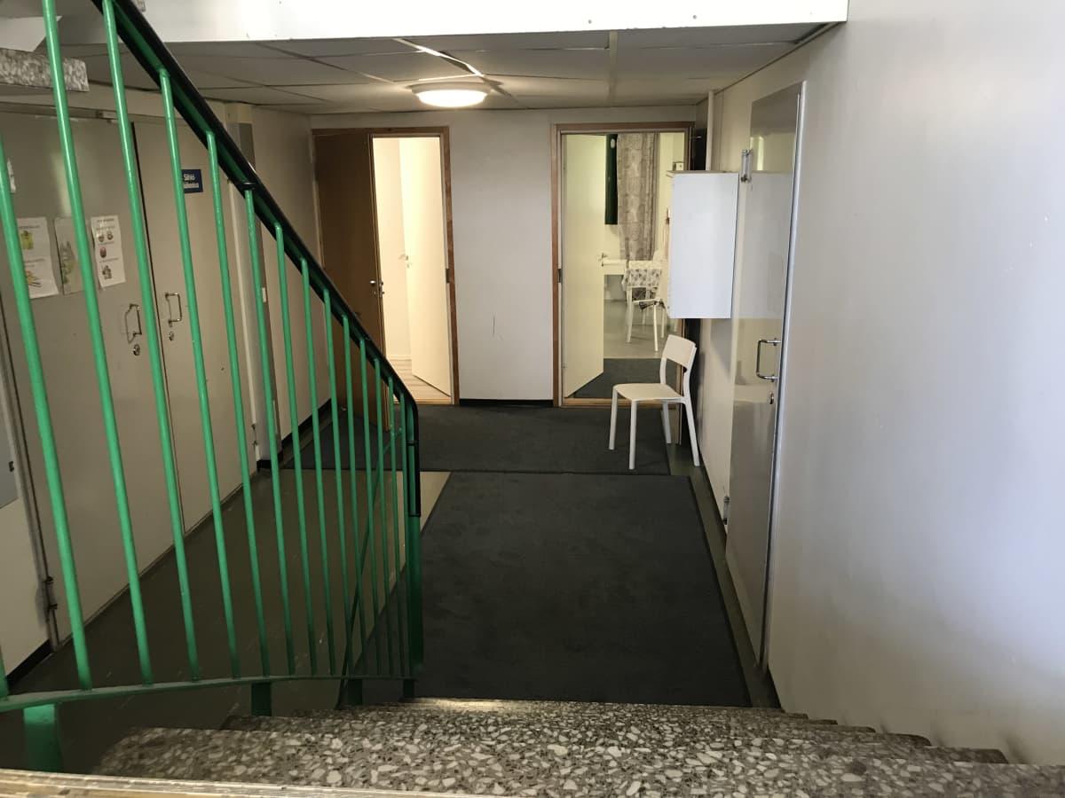 Portaikko ja käytävää Kotkan turvapaikanhakijoiden hybridiyksikössä.