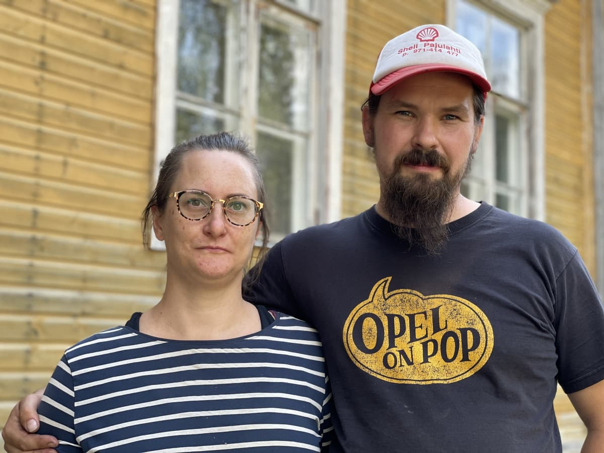 Tanja Butilkin ja Joona Hamm seisovat koulurakennuksen vieressä.