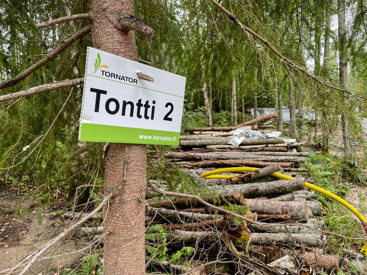"""Uusia tontteja Rutolan kylässä Lappeenrannassa, kyltissä lukee """"Tontti 2""""."""