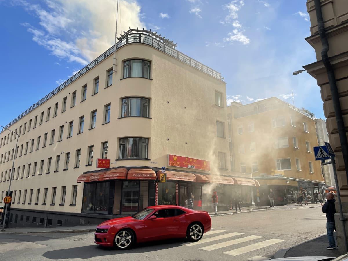 Tampereen Hallituskadulla on syttynyt tulipalo katutason ravintolassa, kertoo Pirkanmaan pelastuslaitos.