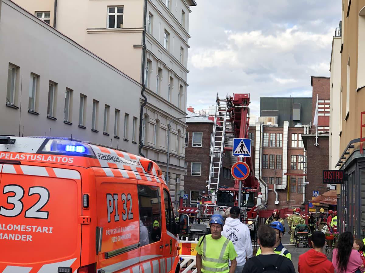 Tampereen Hallituskadulla on syttynyt tulipalo katutason ravintolassa. Kadulla pelastuslaitoksen auto.