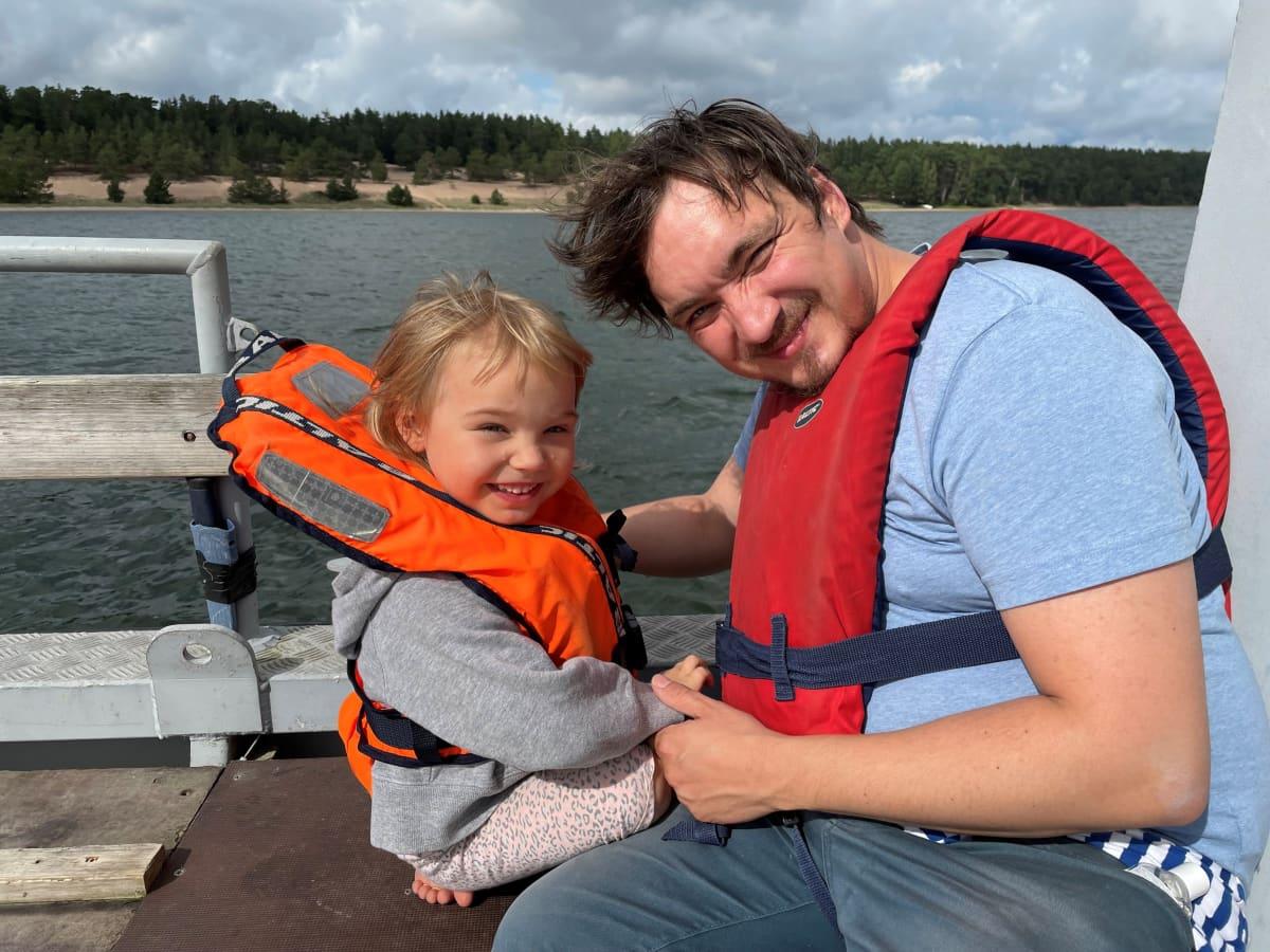 """Elias Vartio ja Vilde-tytär viettävät mielellään aikaa Lappohjassa. Vartio on aikaisemmin työskennellyt ohjaajana taustalla näkyvässä Högsandin leirikeskuksessa. """"Se oli paras duuni ikinä!"""""""