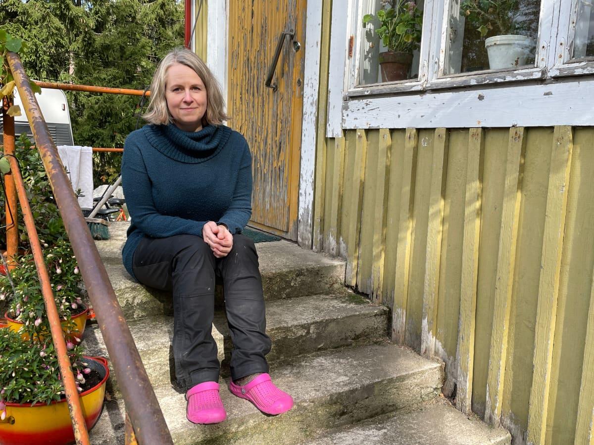 Hanna Tuovila pohti kuutisen vuotta sitten, että minkälaista olisi asua tyhjilleen jääneessä mummolassa. Perhe ryhtyi pian tuumasta toimeen eikä ole katunut muuttopäätöstä.