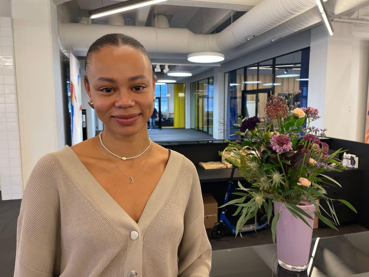 Mellakka Helsingin työntekijä Jessica Benissan työskentelee mieluummin konttorissa kuin kotona.