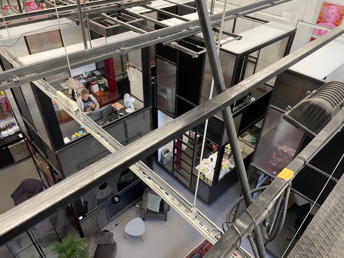 Solar Filmsin toimistolla työskennellään kahdessa kerroksessa. Suojeltuun rakennukseen ei saa tehdä kiinteitä rakenteita.