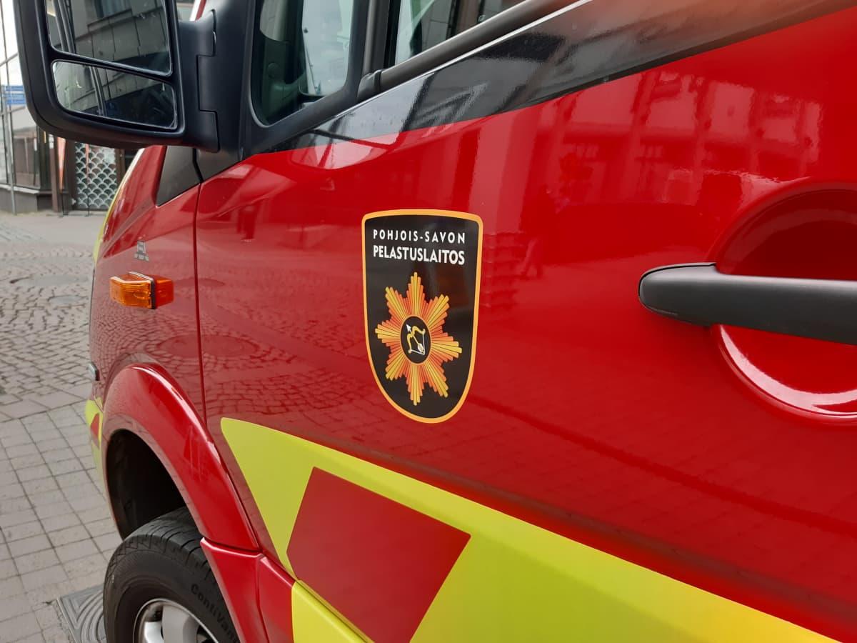 Pohjois-Savon pelastuslaitoksen tunnus auton ovessa