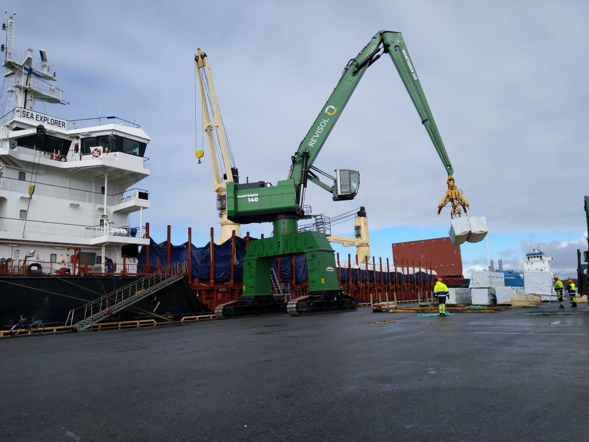 Alusta lastataan vientiin Kaskisten satamassa