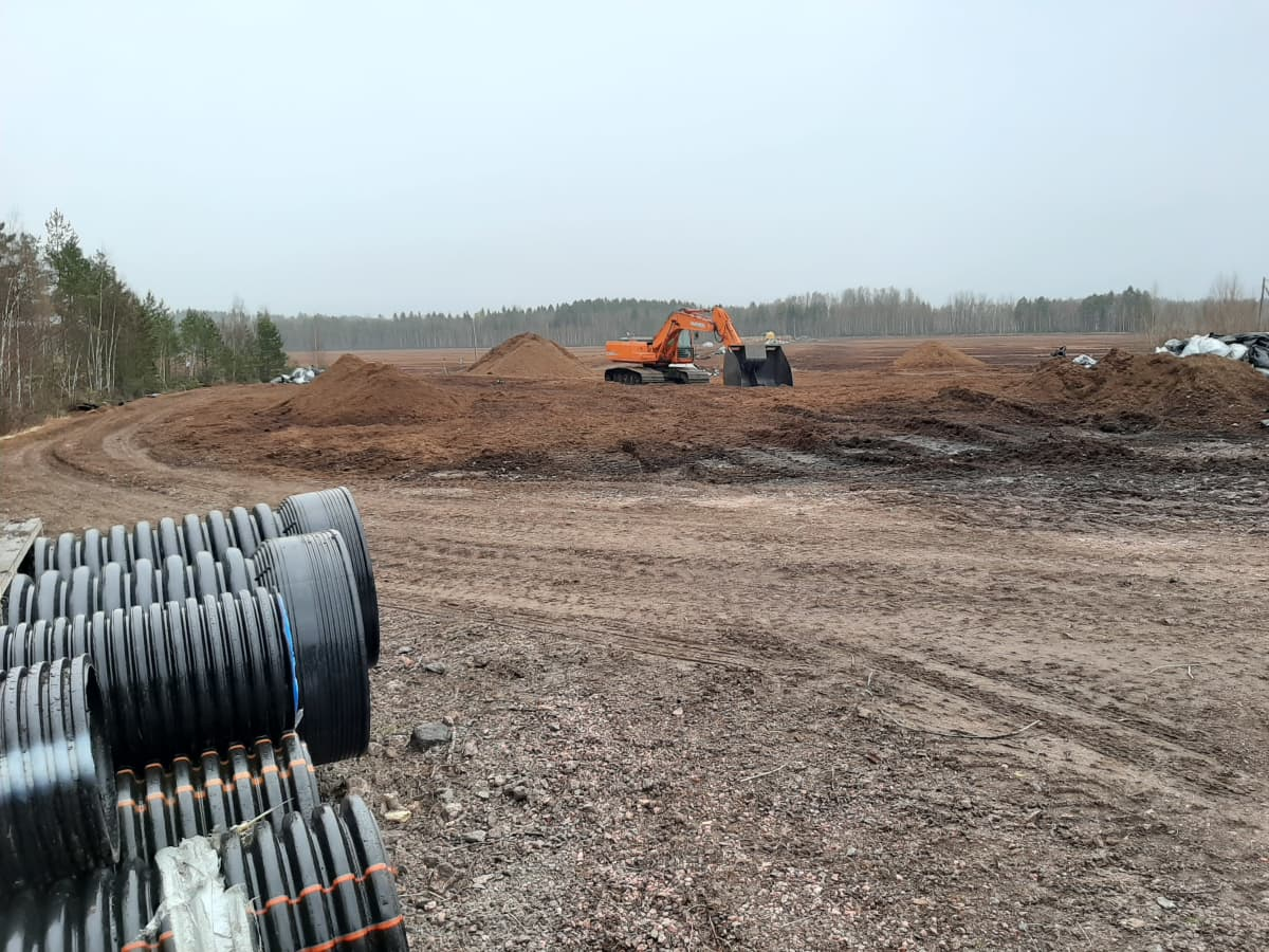 Vägen in till torvtäkten i Mjölbolsta, Karis.