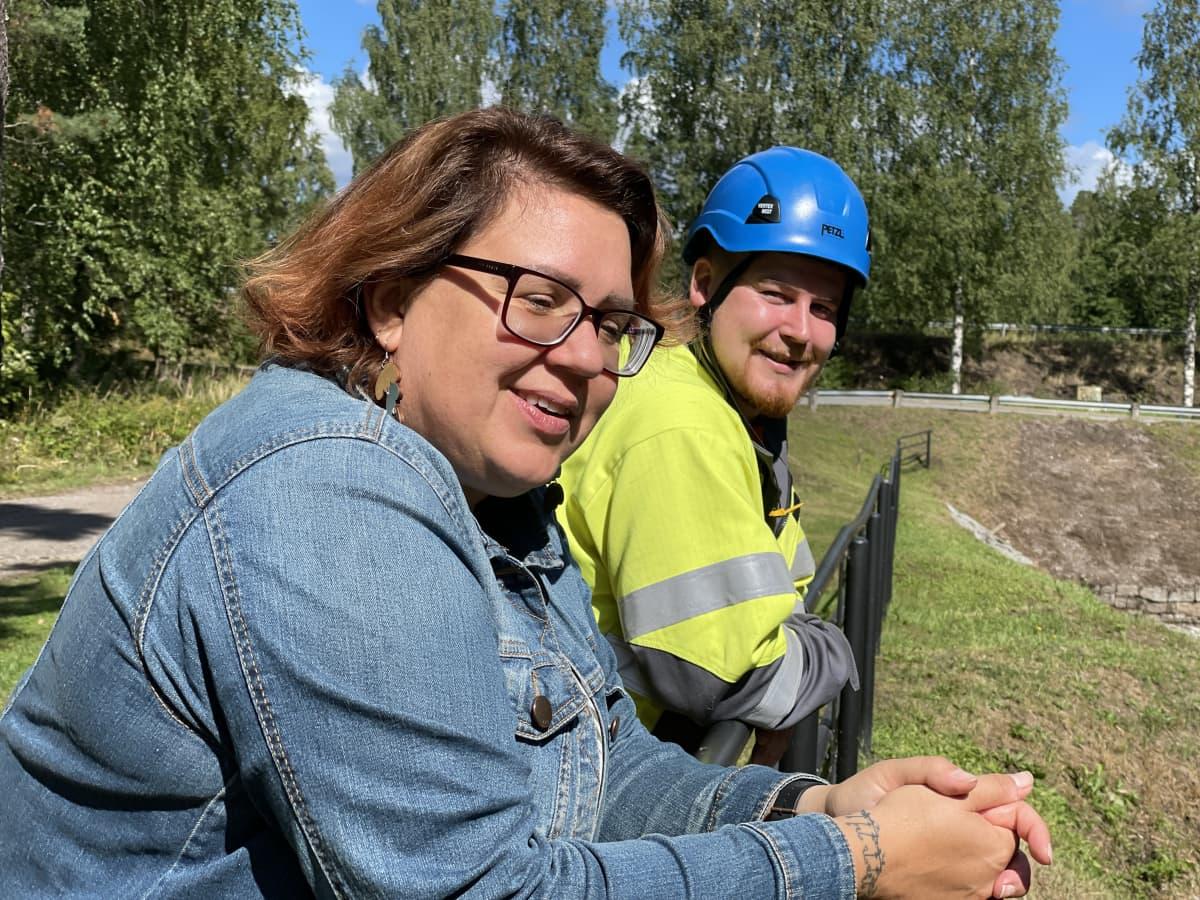Hanna-Kaisa Melaranta ja Aleksi Kautonen nojaavat kanavan kaiteeseen
