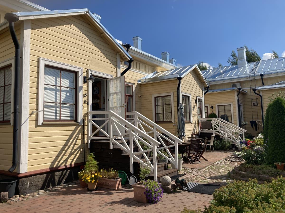 Talon takapiha, jossa näkyy takapuhalle tulevat portaat.
