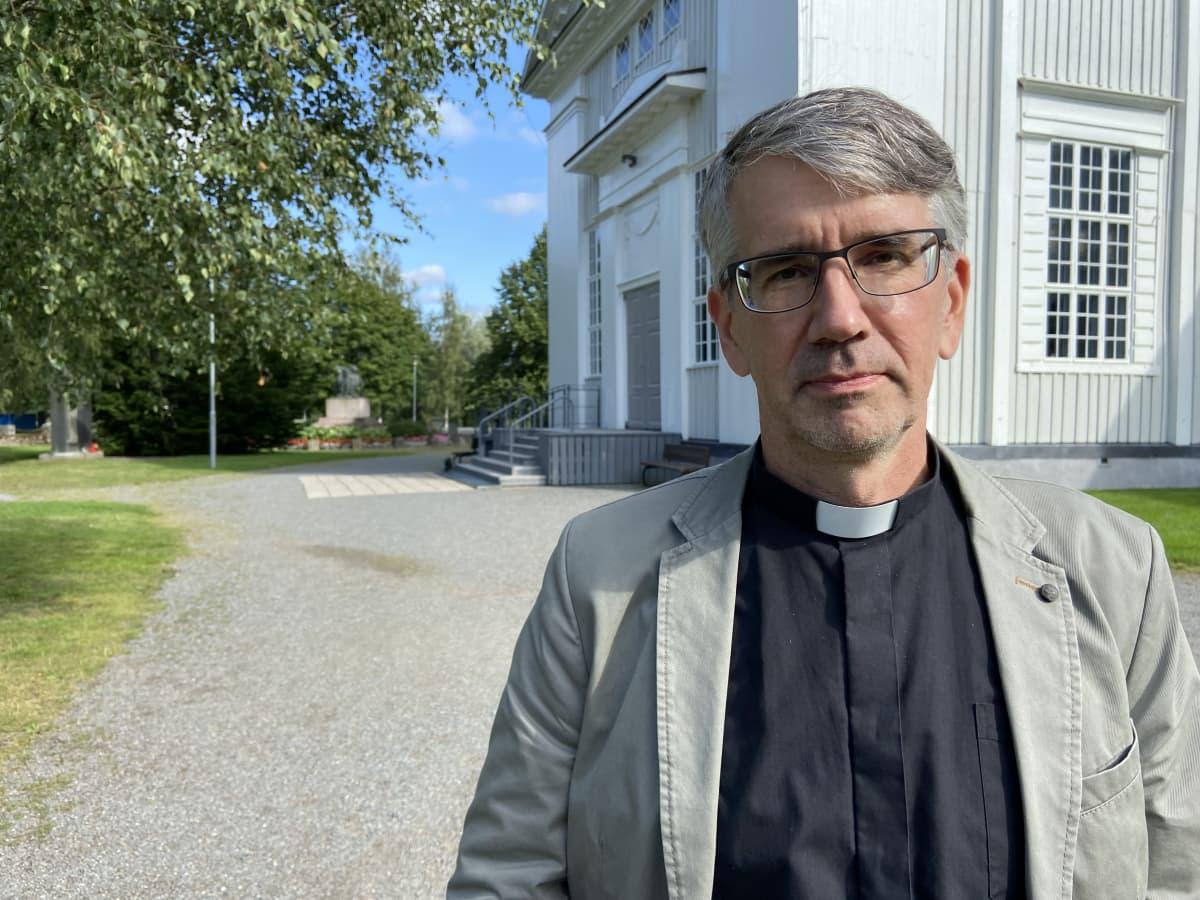 Lapuan tuomiorovasti Matti Salomäki kirkon edustalla.