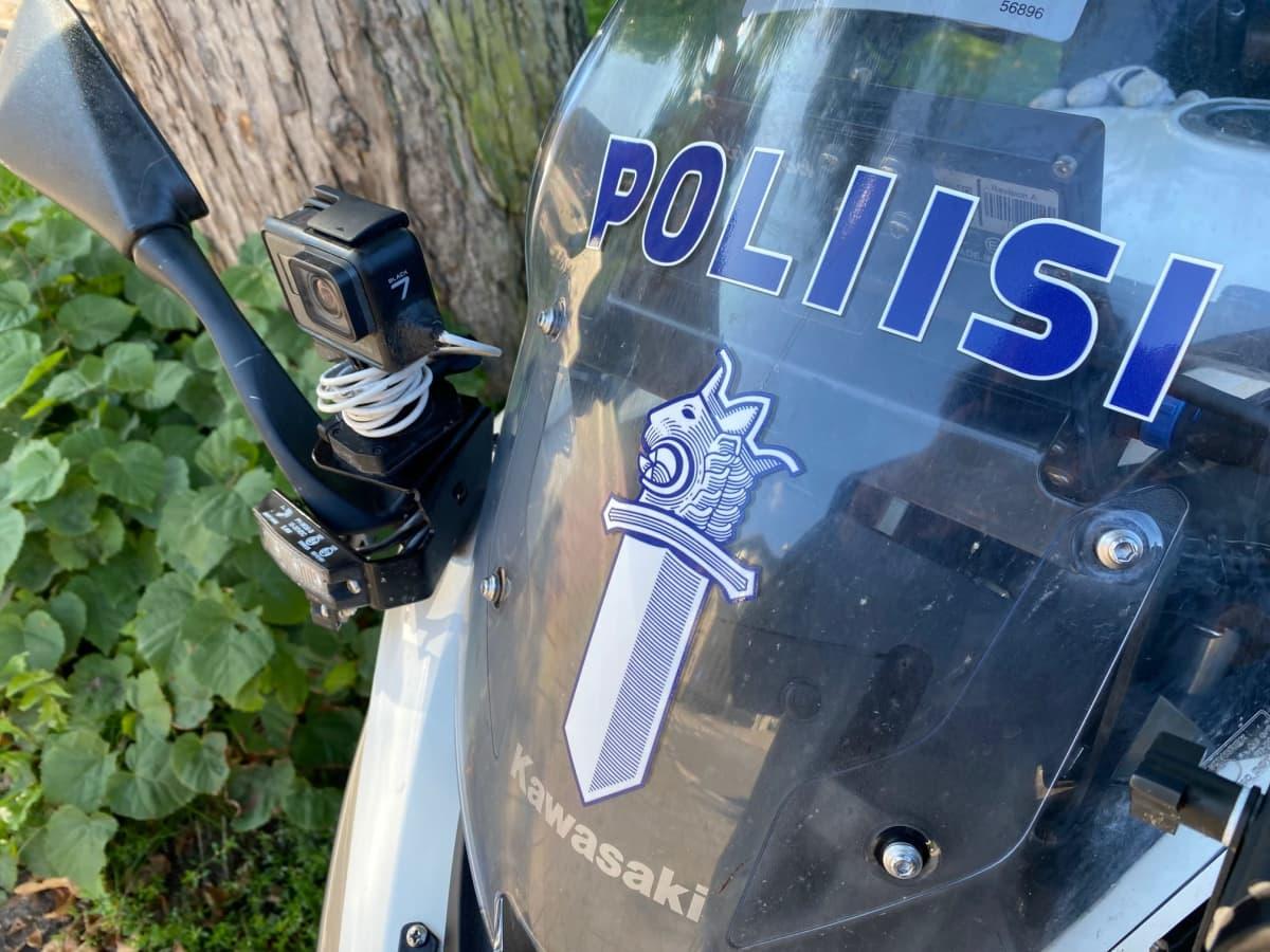 Lähikuva poliisimoottoripyörän etuvisiiristä
