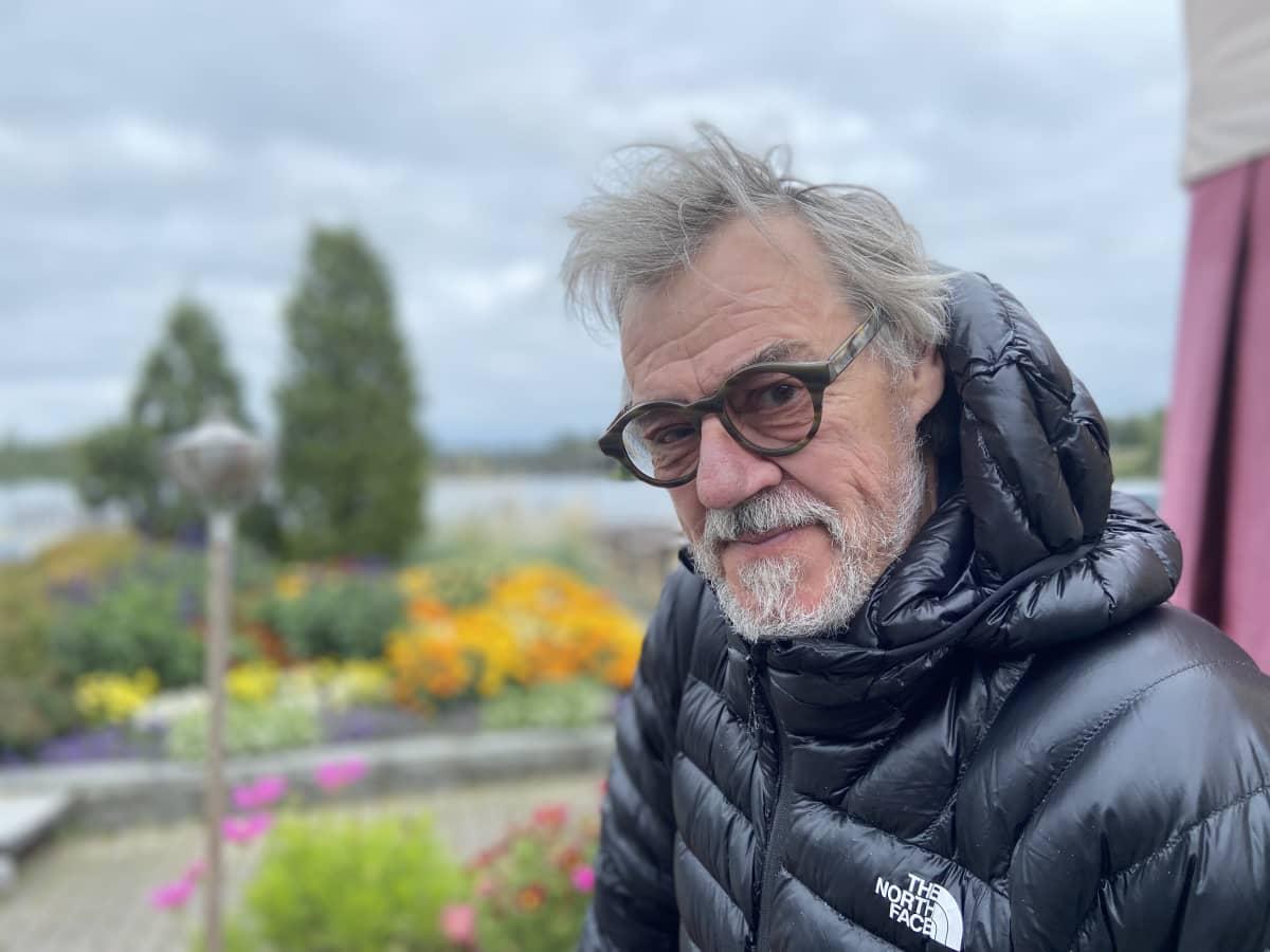 Aake Kalliala toipuu koronataudista hitaasti ja poikkeaa välillä kahvila Mikkelin satamassa.
