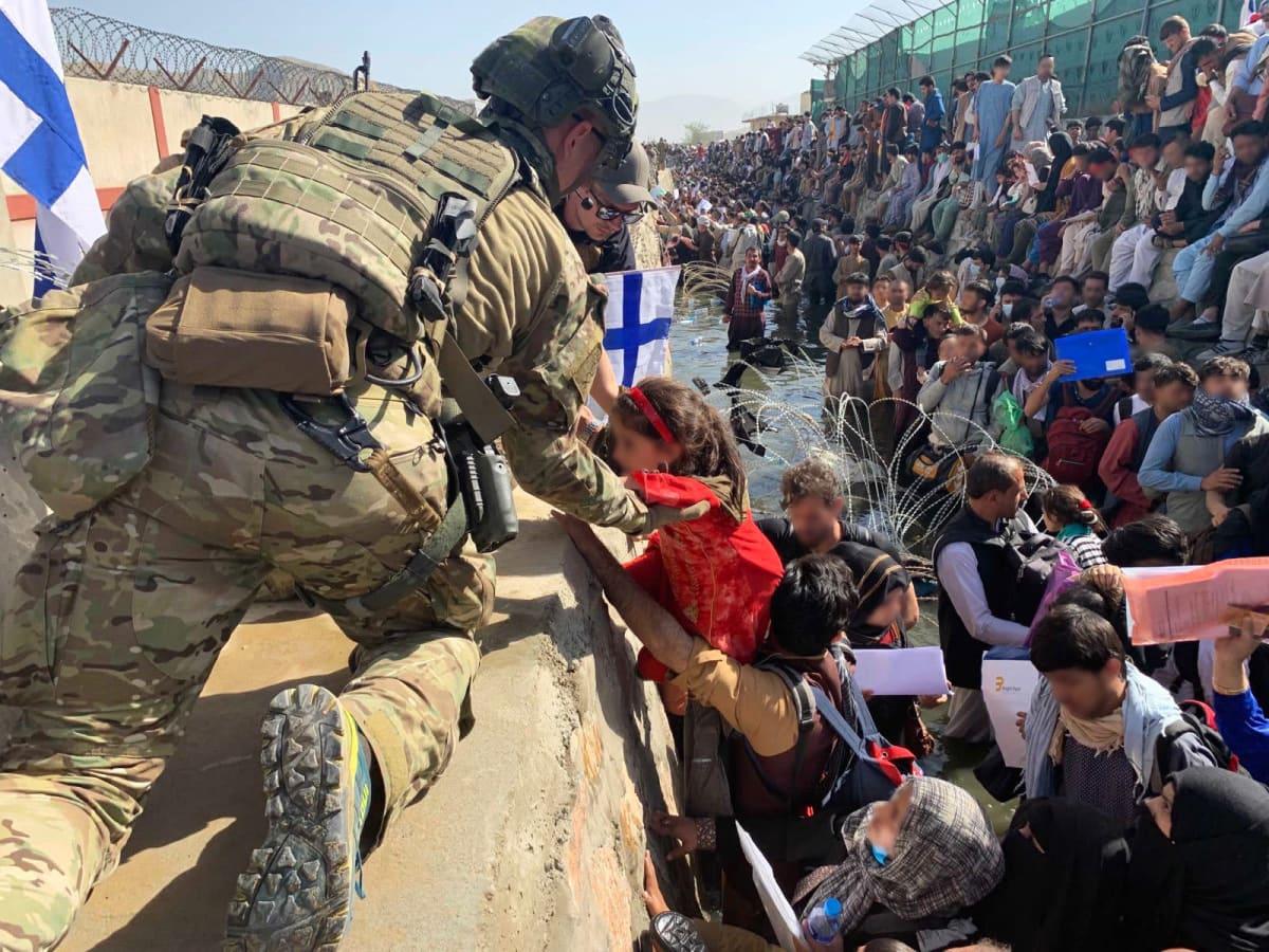 Suomalaisjoukot osallistuivat evakuointioperaatioon Kabulin lentokentällä elokuussa.