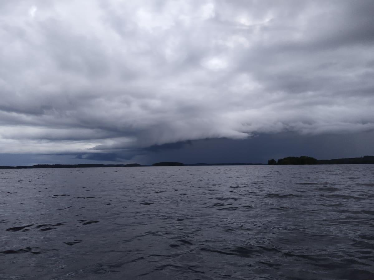 Tummia pilviä Kallaveden yllä