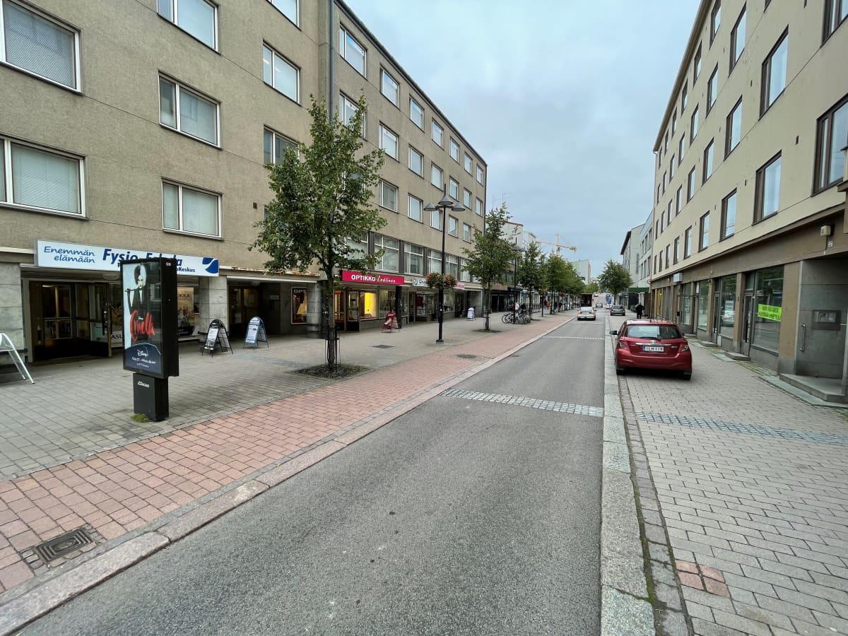 Valtakadulla on vain vähän pysäköintipaikkoja kadun varrella.