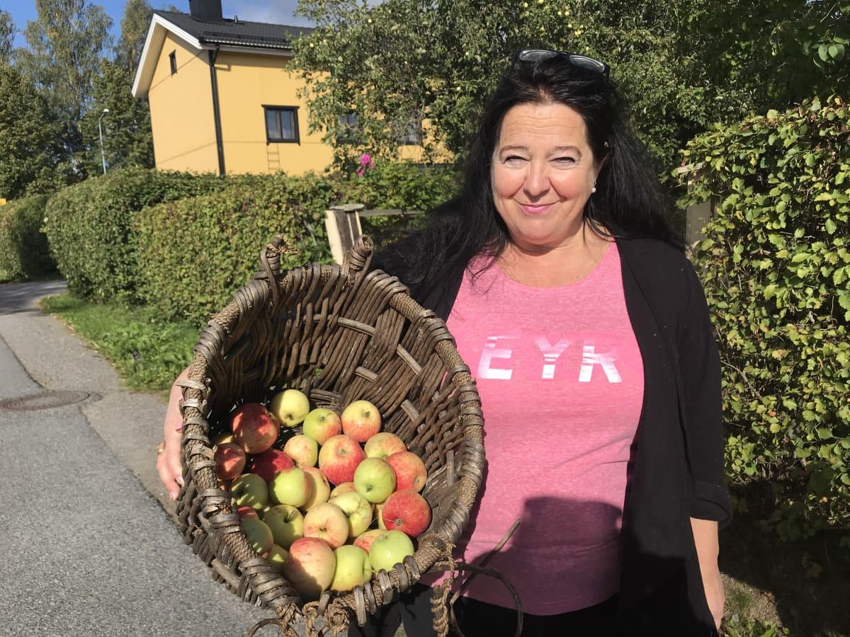 Tiina Lahtinen omenasadon kanssa