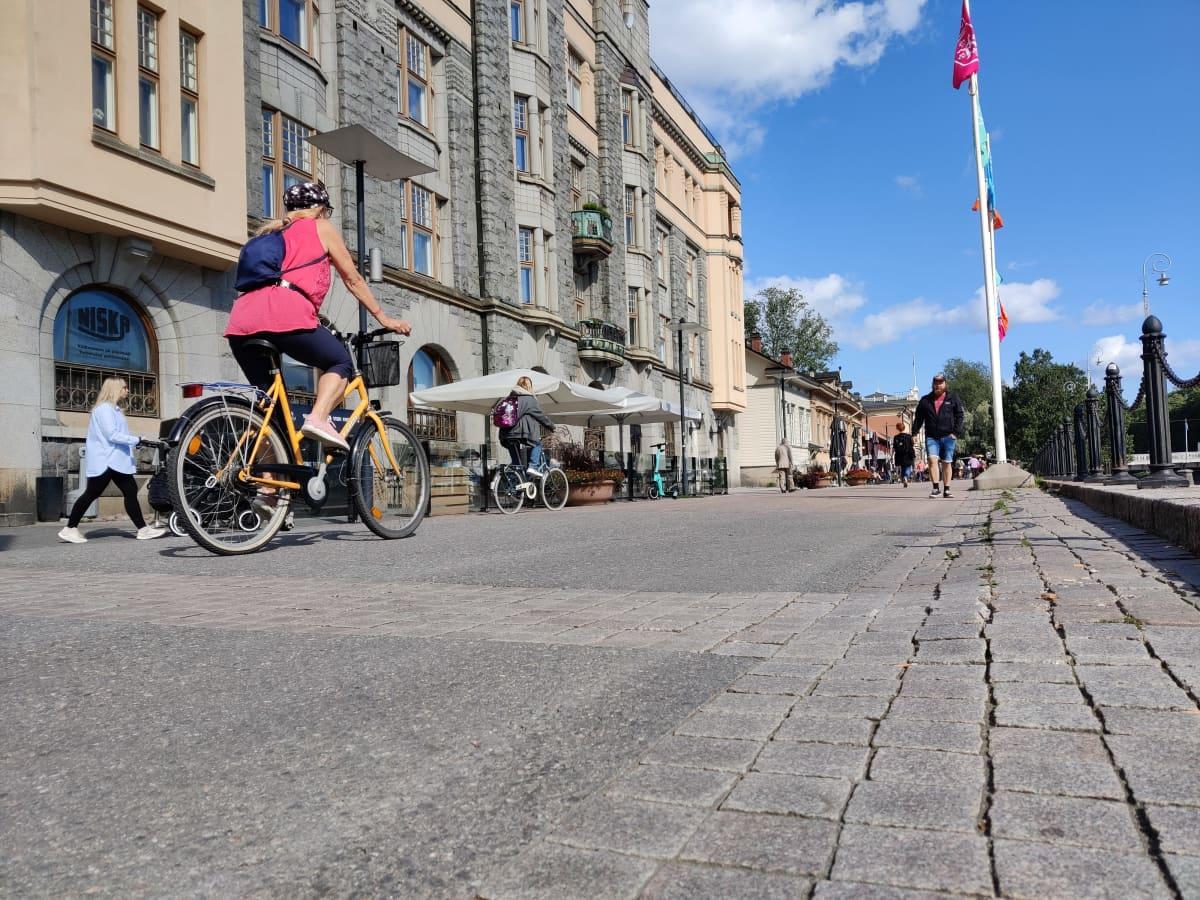Pyöräilijöitä Aurajoen tuntumassa