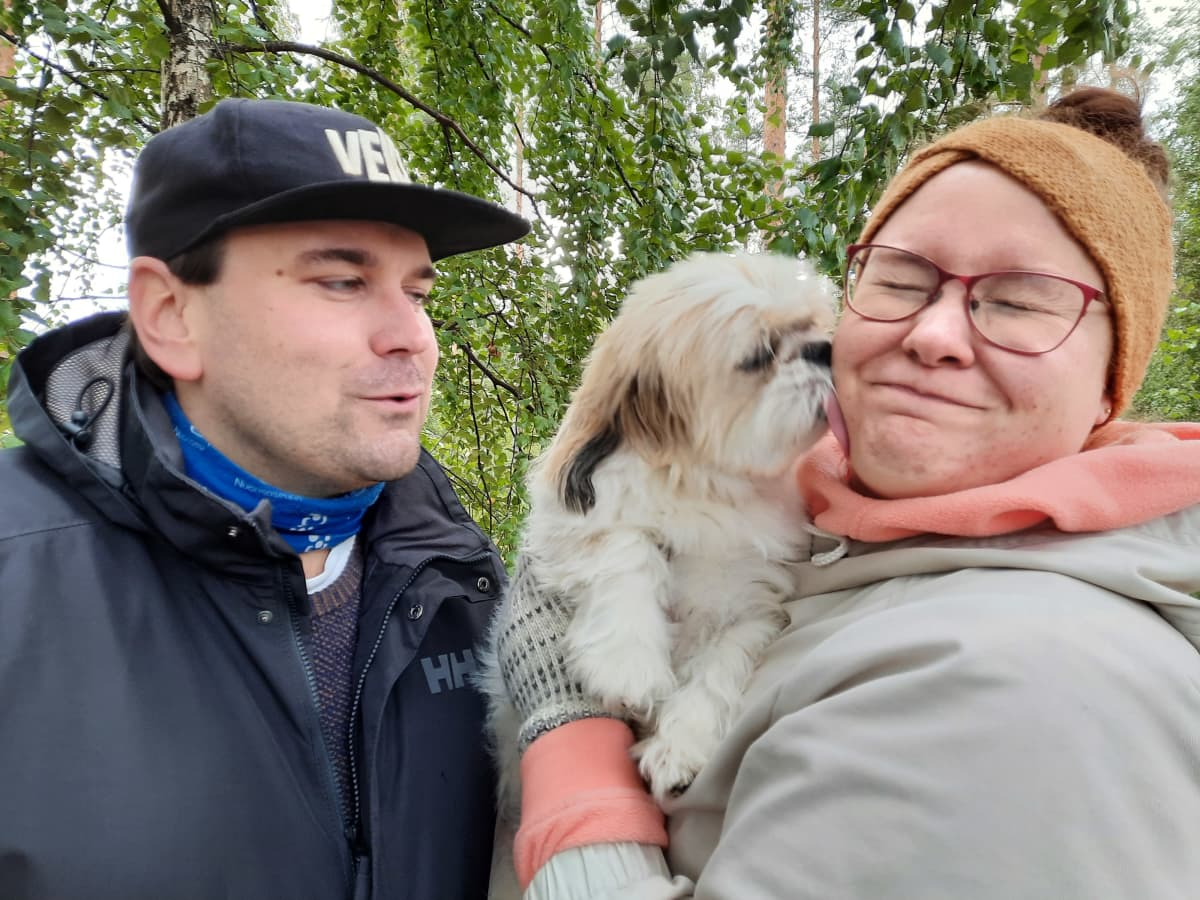 Sami Sivonen ja Laura Kiretti someperhe Luumäeltä. Perheen koira Bobi Lauran sylissä