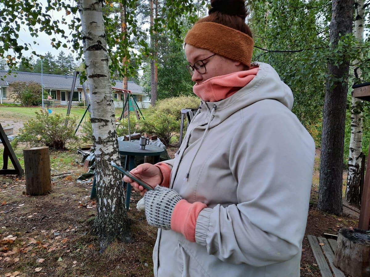 Laura Kiretti postaa  kännykällä perheestään