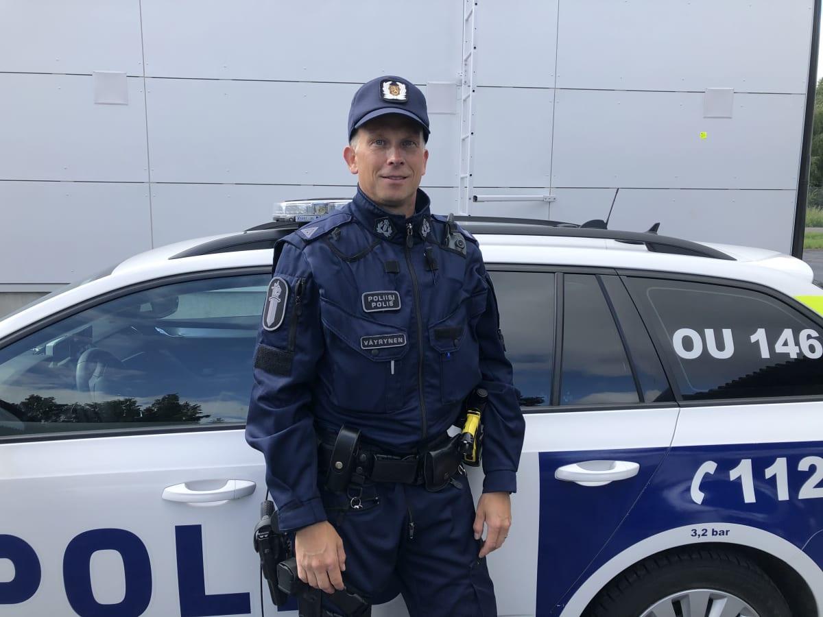 Tero Väyrynen ja taustalla poliisiauto.