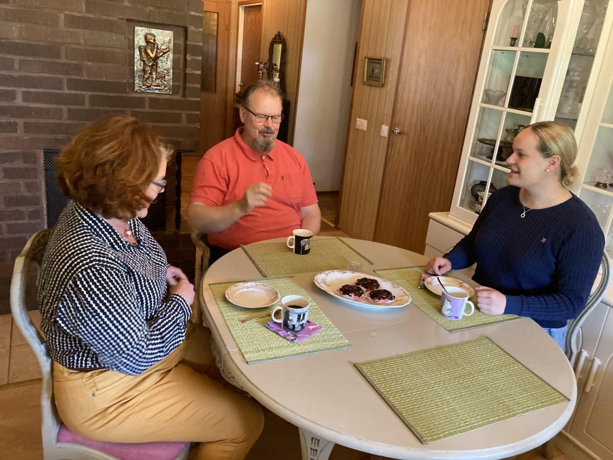 Jaskarin perhe istuu kahvipöydässä Mustasaaressa kodissaan.
