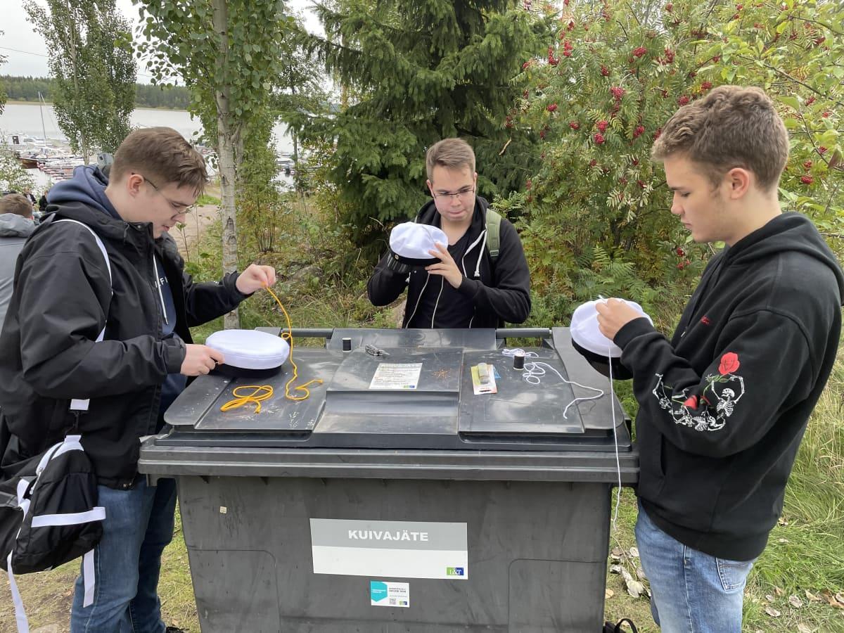 Opiskelijat valmistavat fuksilakkeja