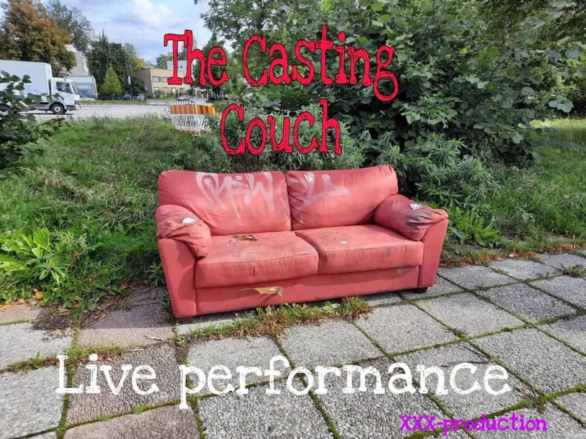Vanha punainen sohva, jonka ylle kuvana on kirjoitettu The casting Coach