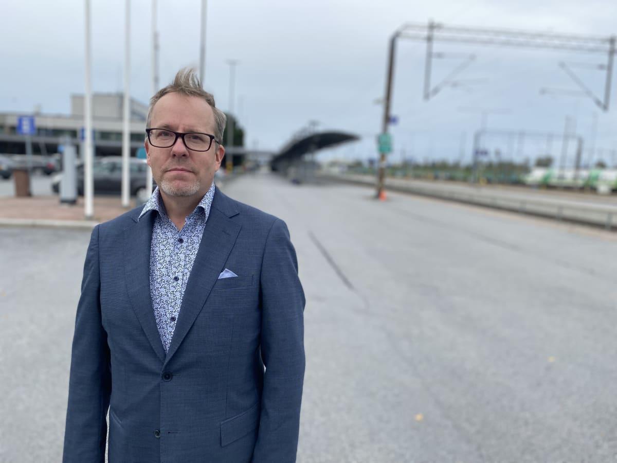 Etelä-Pohjanmaan liiton suunnittelujohtaja Antti Saartenoja Seinäjoen rautatieasemalla.