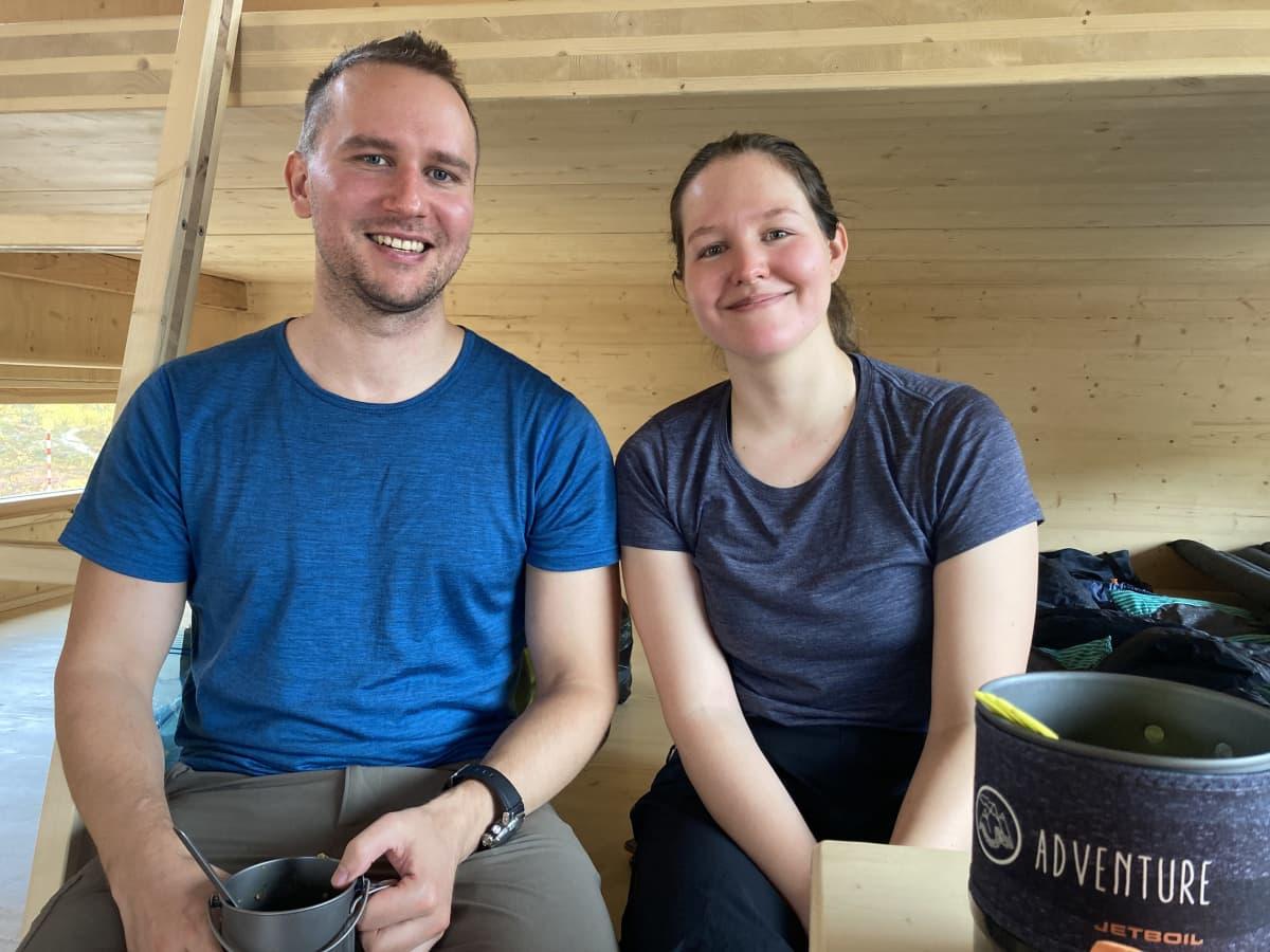 Mies ja nainen istuu uudessa erämaatuvassa