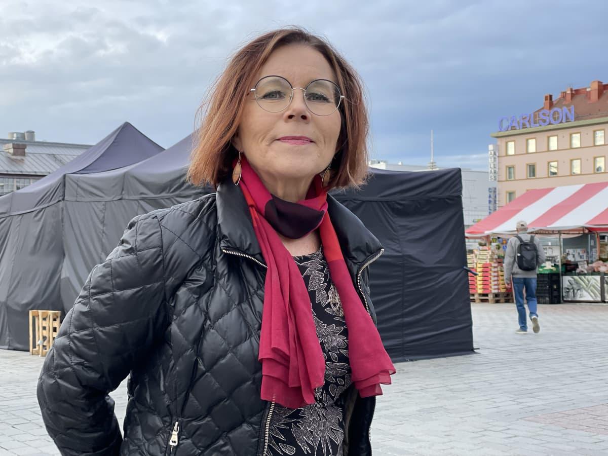 Paula Aikio-Tallgren seisoo Kuopion torilla.