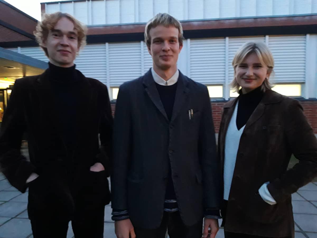 Kolme nuorta seisoo Snellman-salin edessä