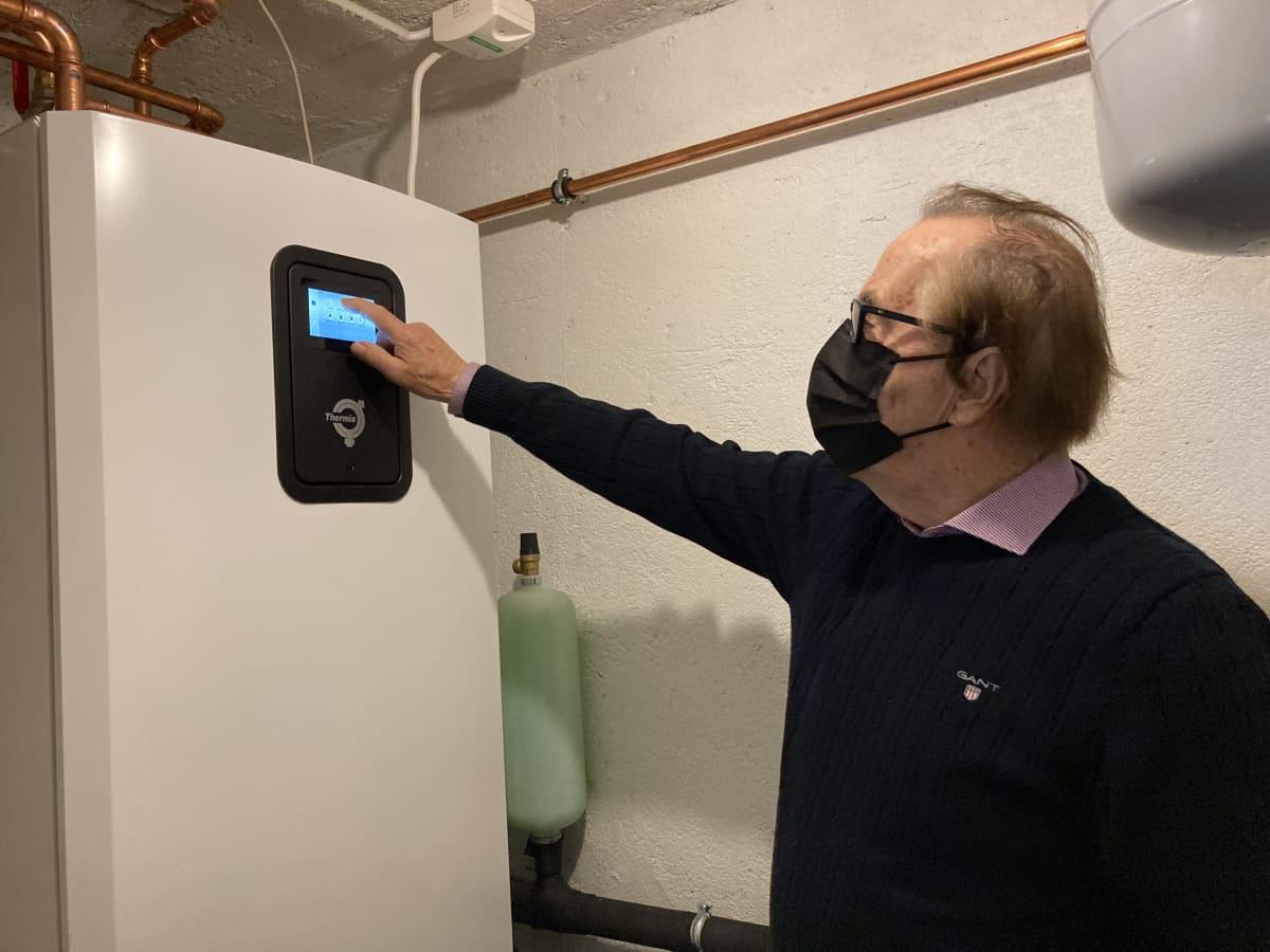 Nurmolainen Pentti Niemistö säätää lämpötilaa maalämpökeskuksesta.