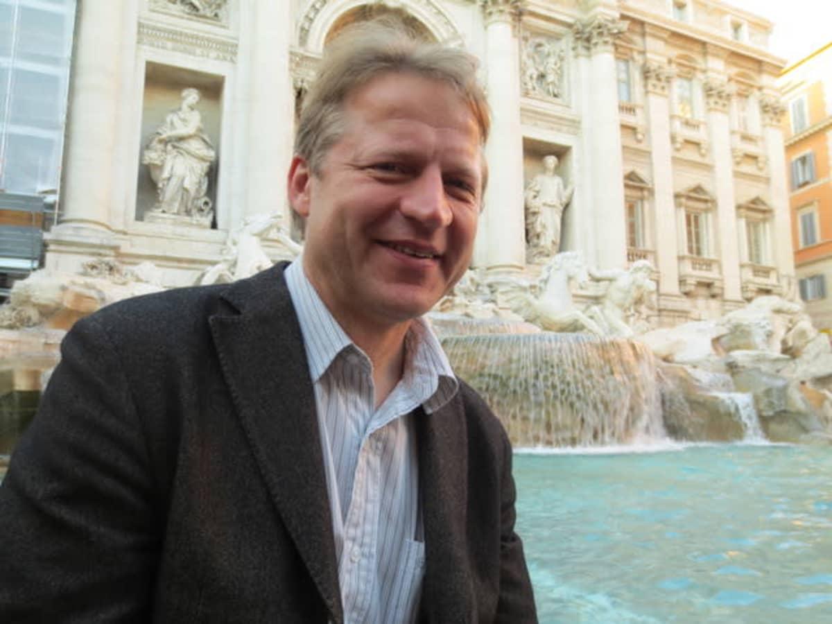 Oskari Heikinheimo lähteen edessä Roomassa
