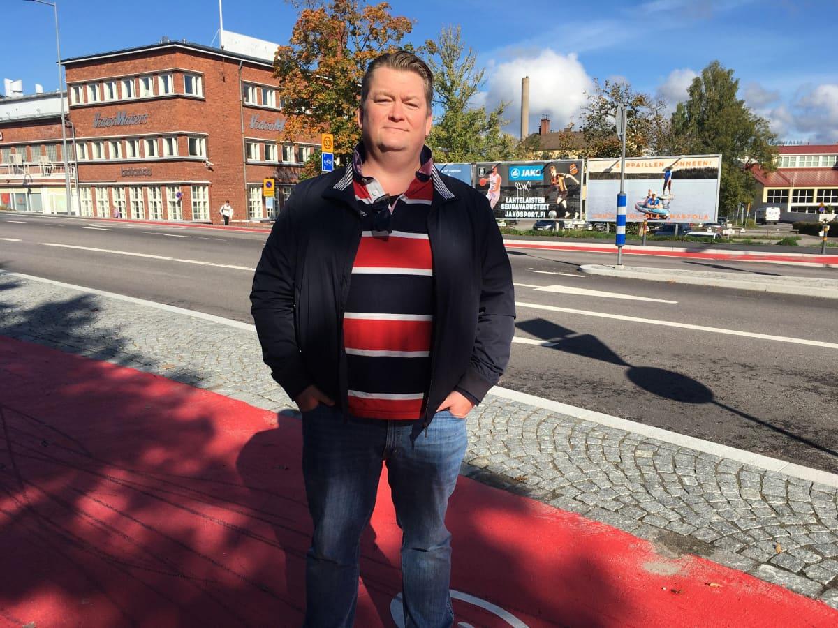 Kokoomuksen Francis McCarron seisoo pyöräilijöiden liikenneympyrässä Lahden urheilukeskuksen lähellä.