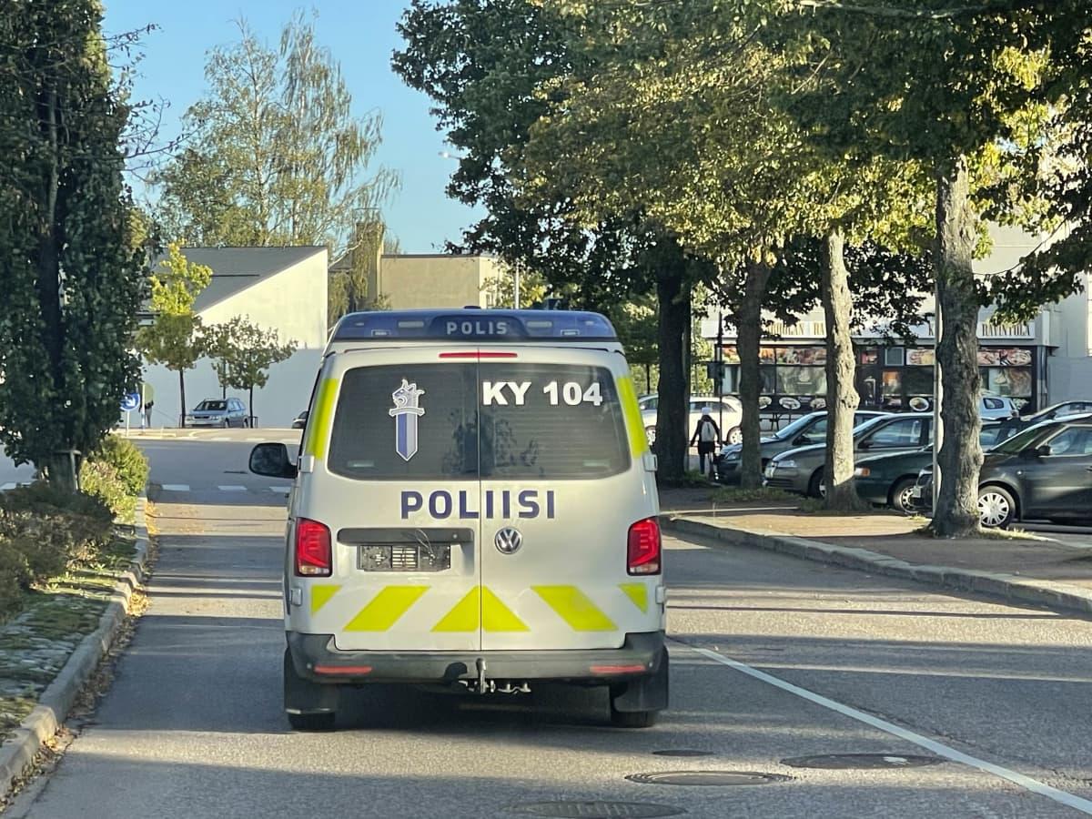 Poliisiauto ajaa ilman rekisterikilpeä