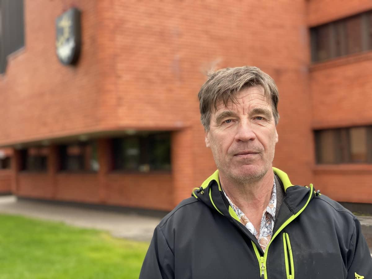 Jari Huotari Inarin kunnantalon pihalla.