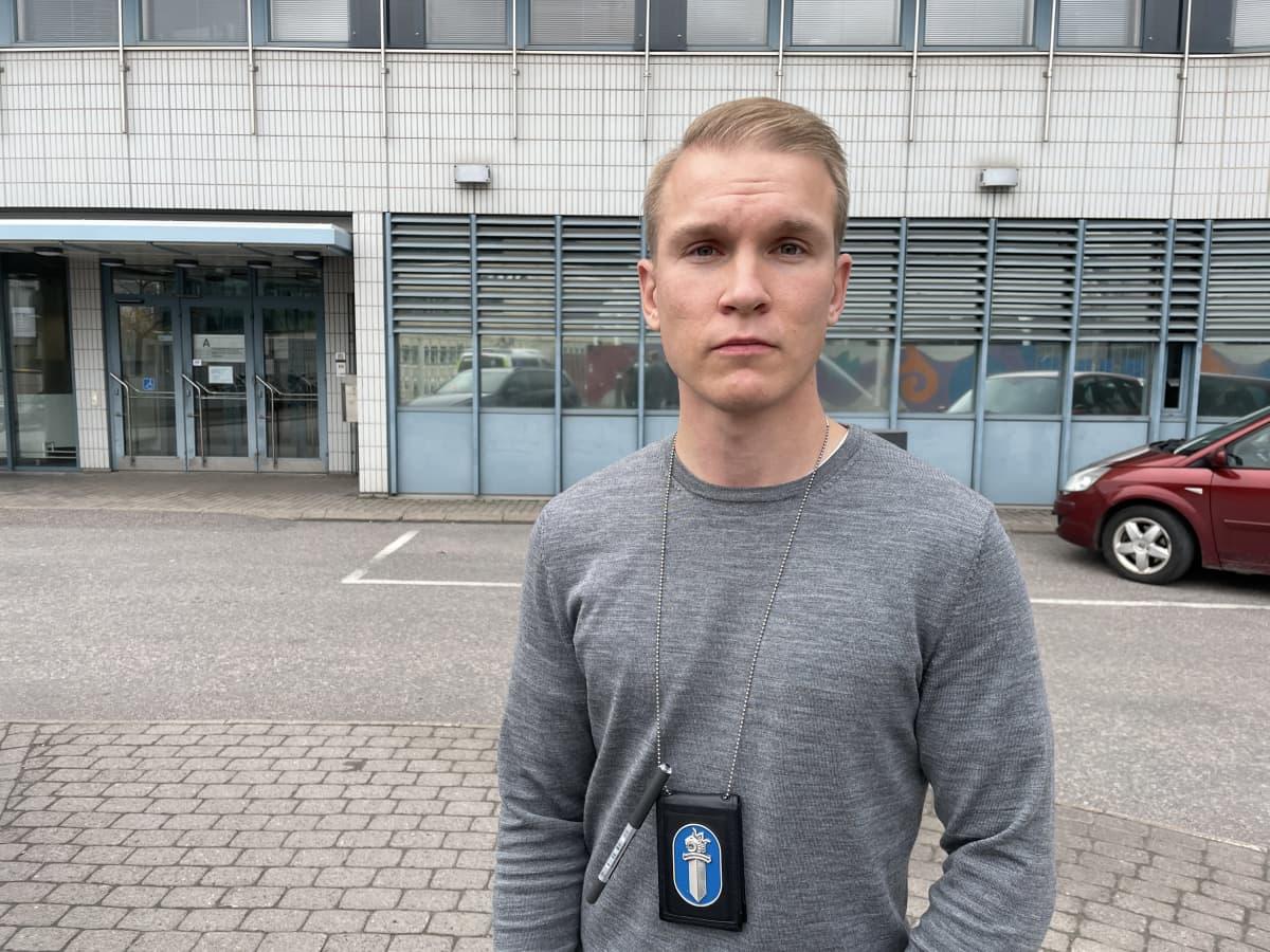Rikoskomisario Tuomas Luhtaniemi seisoo Tampereen poliisitalon edessä.