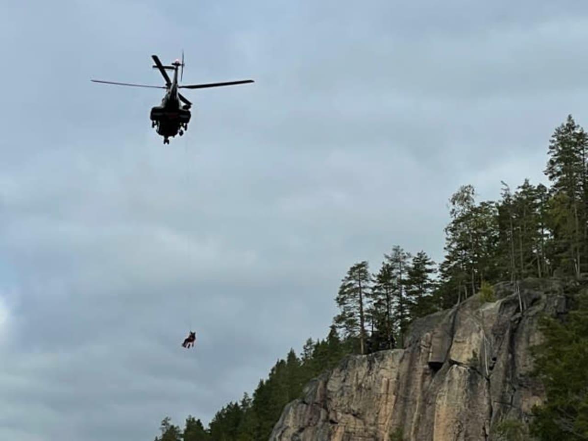 Helikopteri pelastaa kiipeilijän harjoitustilanteessa