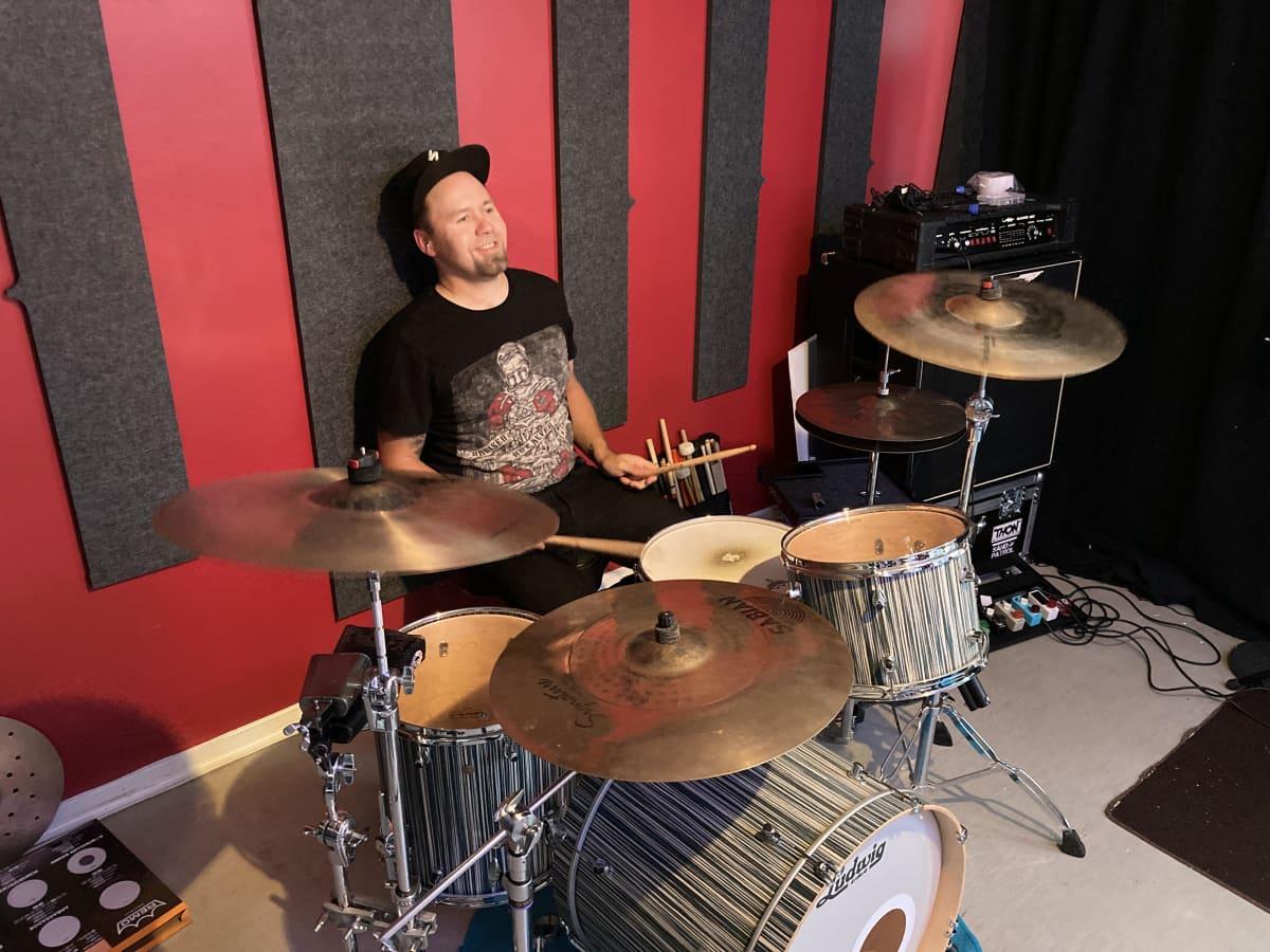 Harrastebändi The Levisionsin rumpali Jukka Rutanen soittaa rumpuja.