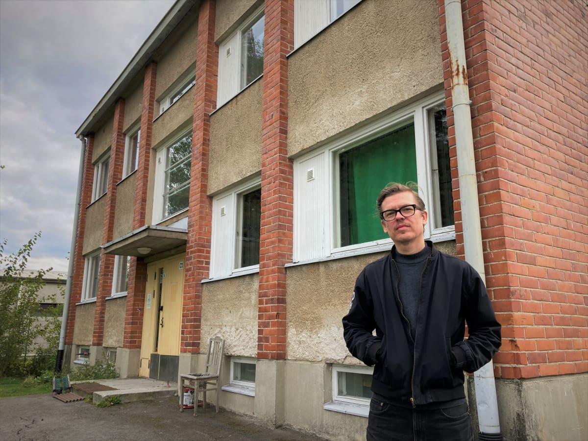 Selmun toiminnanjohtaja Marko Kivelä seisoo kerrostalon edessä.