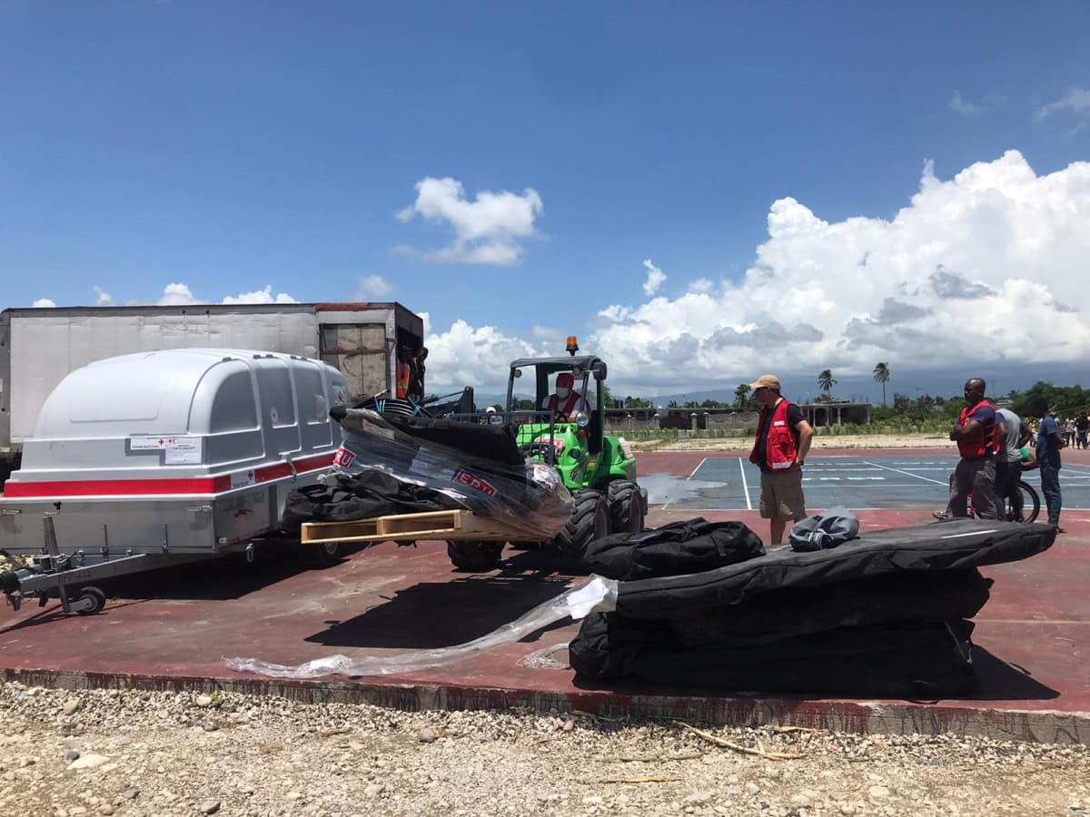 Suomen punainen ristin avustustyöntekijöitä Haitissa rakentamassa sairaalaa.