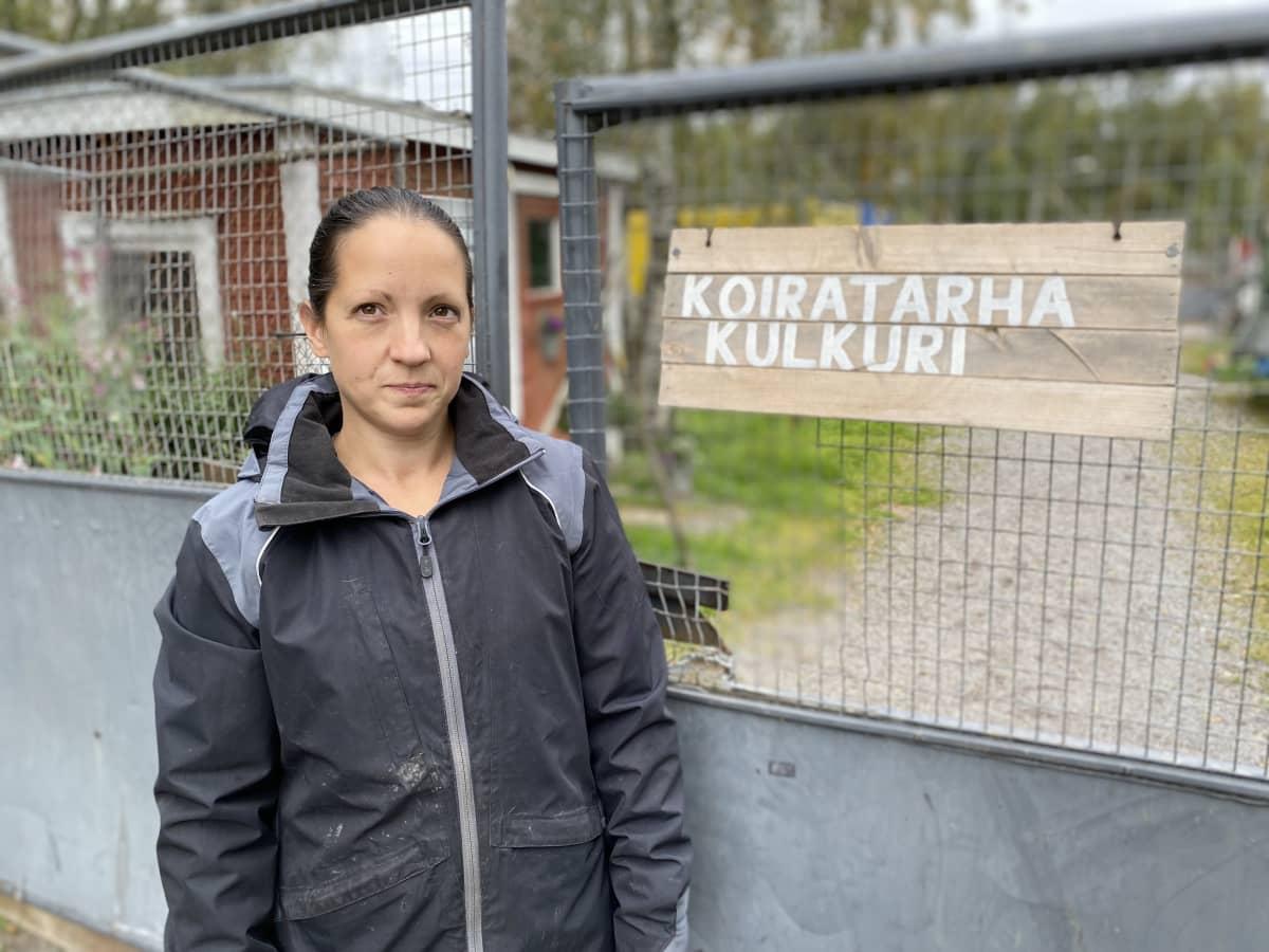 Koiratarha Kulkurin omistaja Niina Koivula koiratarhan portilla