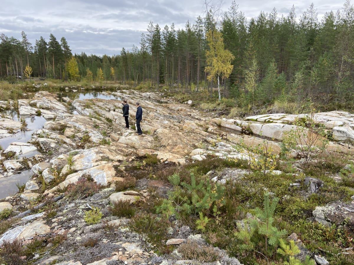 Erikoisesti porrastuvaa kalliota Seinäjoella, kuvassa kaksi miestä.