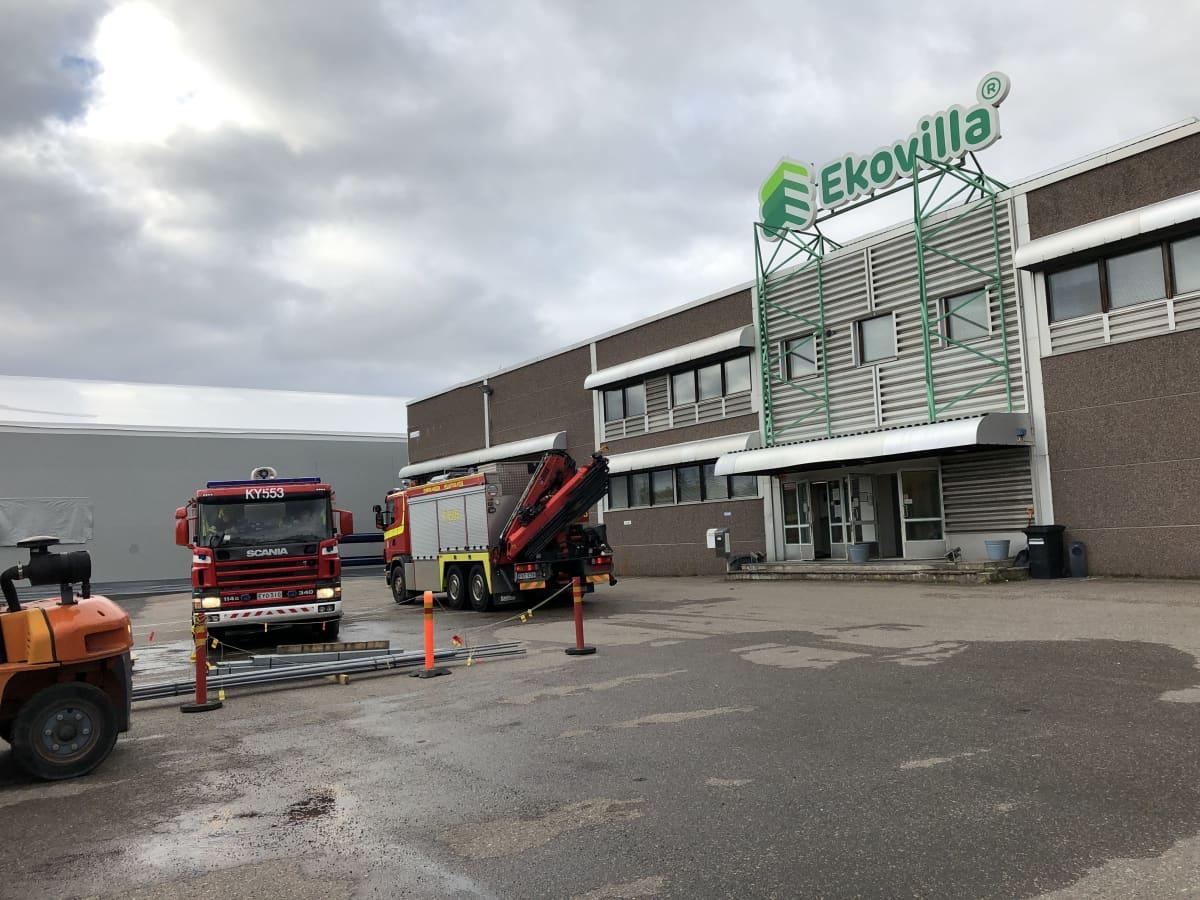 Paloautoja Ekovillan tuotantolaitoksen edustalla Kouvolassa.