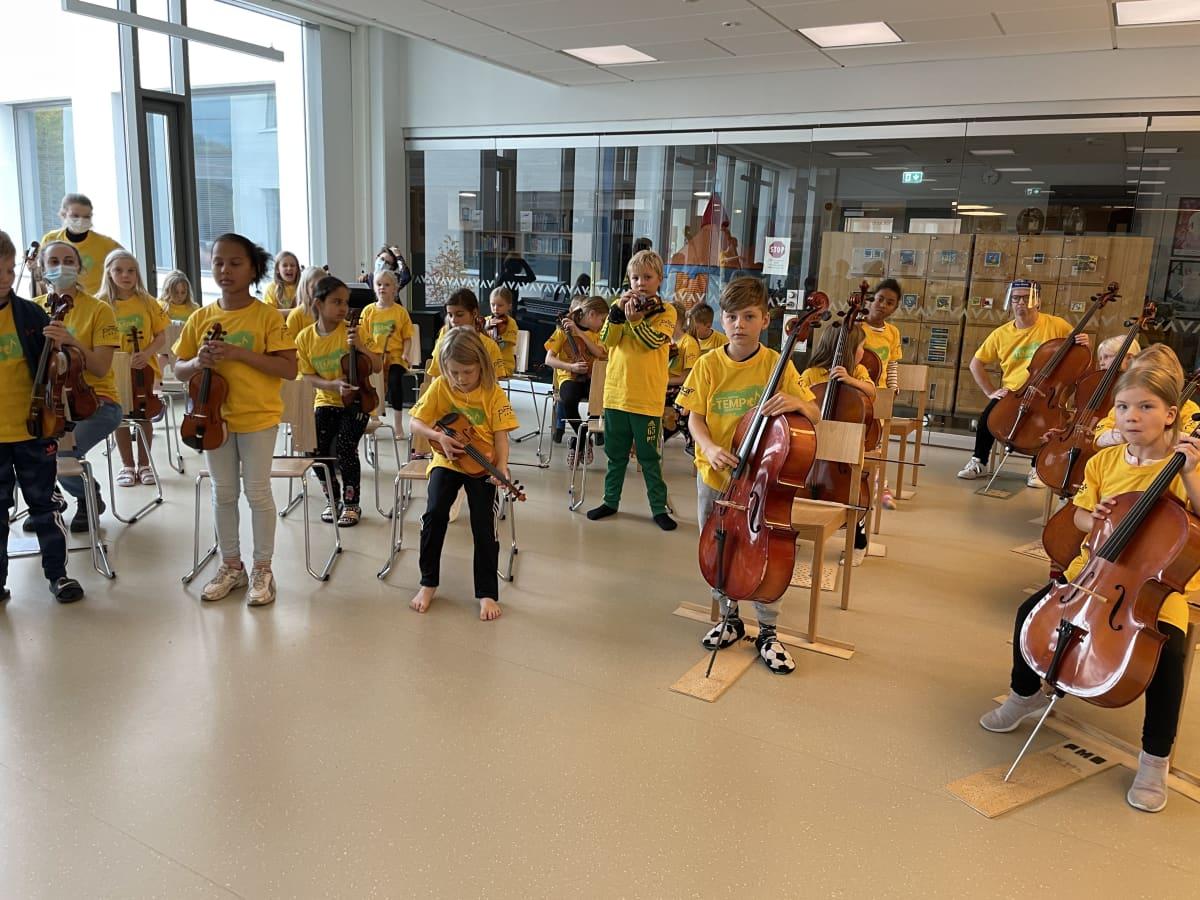 Vuoreksen koulun tokaluokkalaisten Tempo-orkesteri harjoittelee
