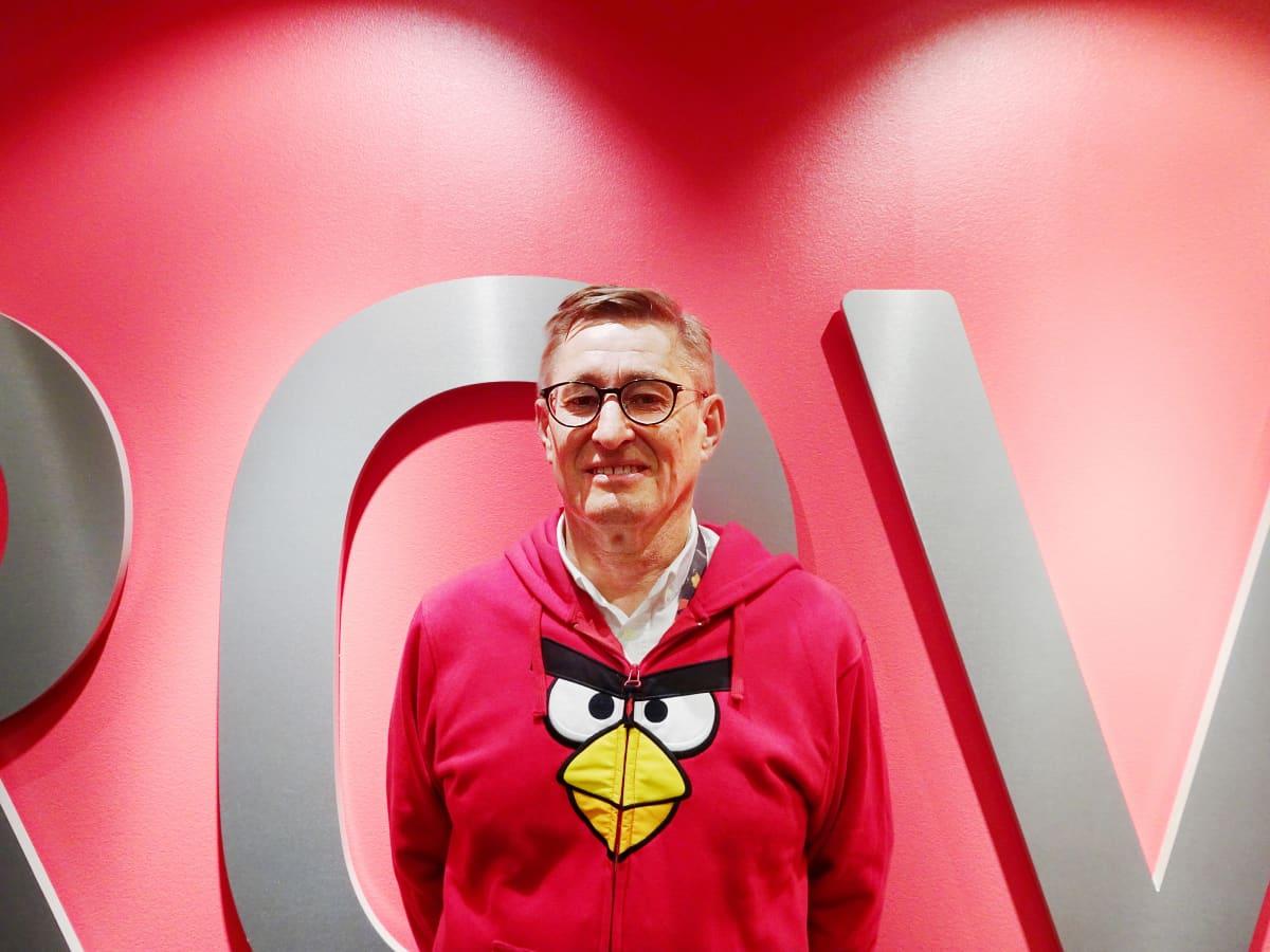 Kaj Hed, päällään Angry Birds -huppari, taustalla Rovio-teksti.