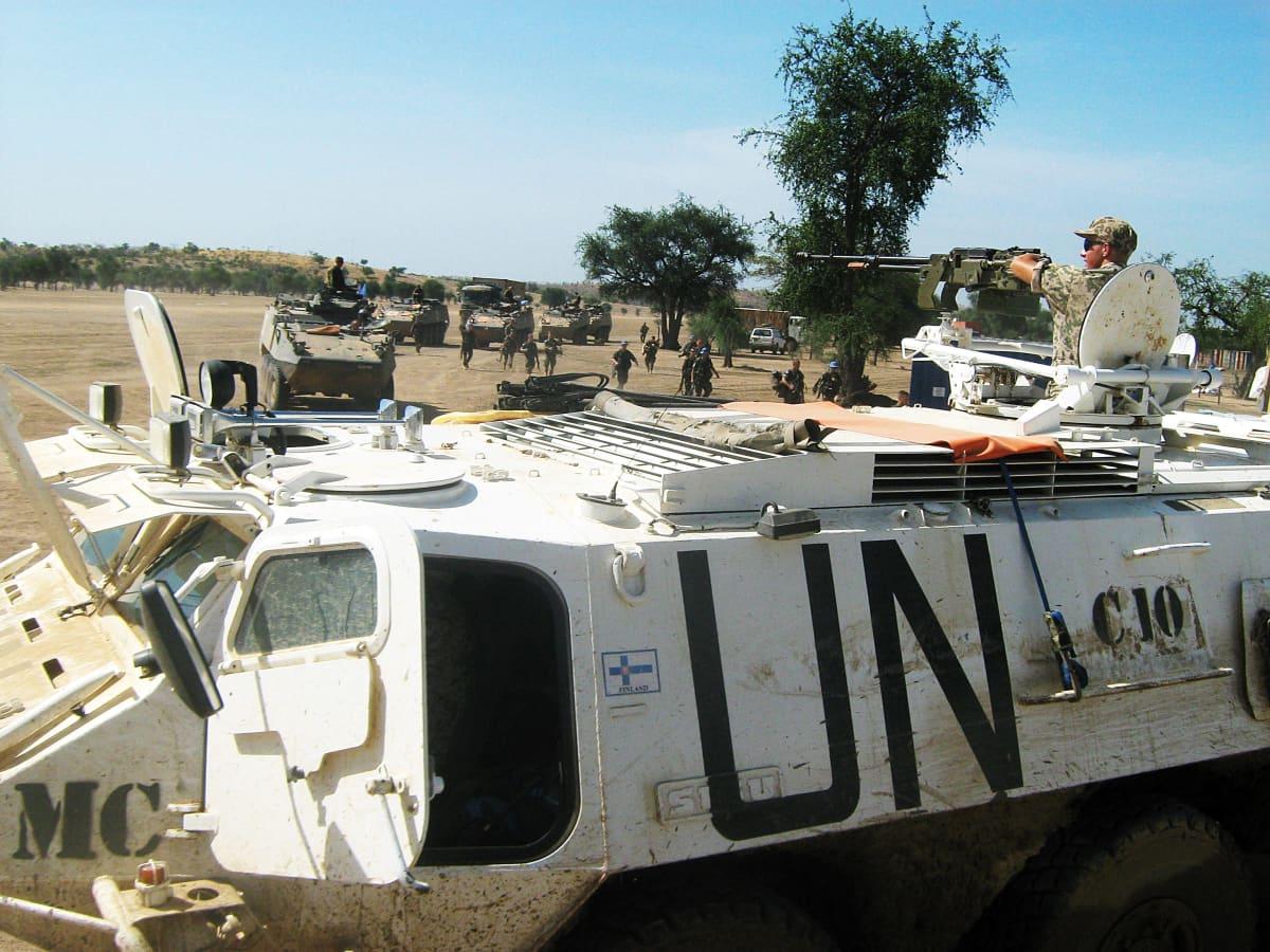 Rauhanturvaajien ajoneuvo ja rauhanturvaaja.