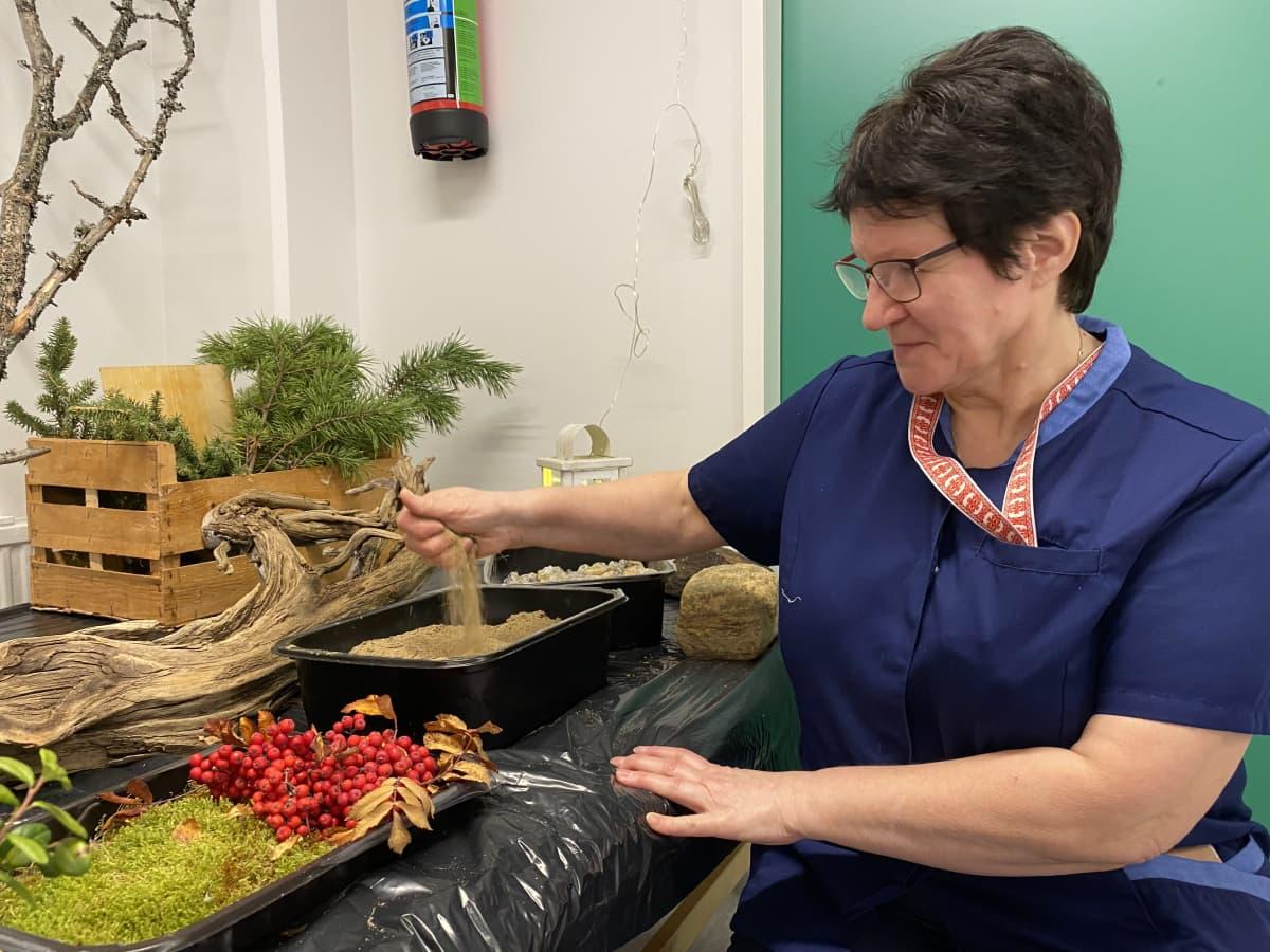 Lähihoitaja Selma Nuorgam Männikön palvelukodissa esittelee metsähuonetta