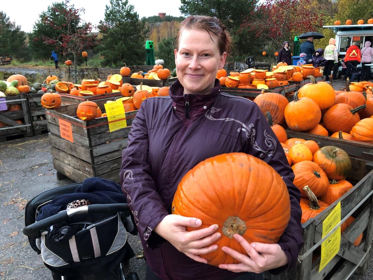 Maria Malinen hankki kolme kurpitsaa kurpitsapuistosta.